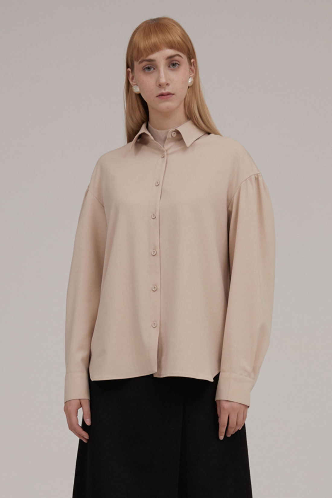 Shirring sleeve shirt. Beige